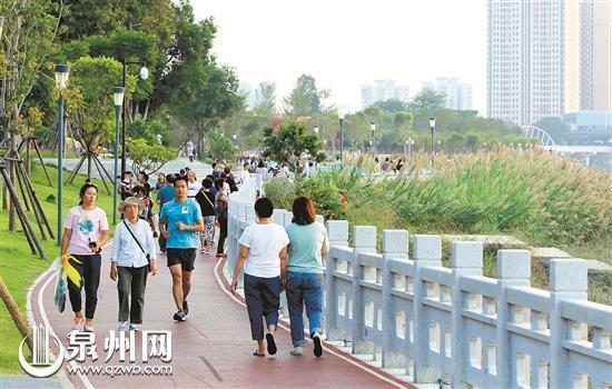 笋江公园和石笋公园吸引大批市民前来游玩。(林劲峰 摄)