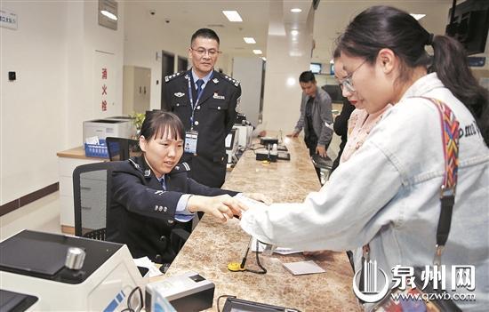 华侨大学重庆籍学生小段更换护照 (陈晓东 摄)