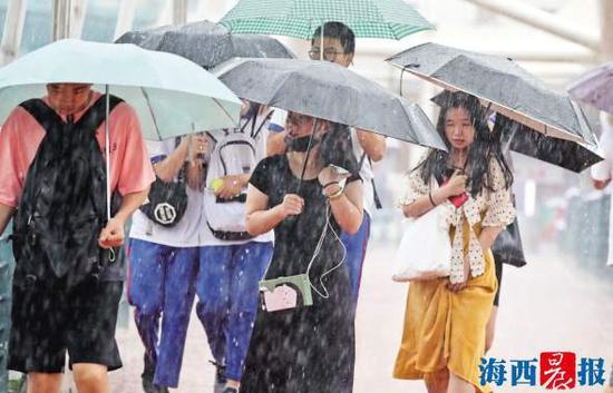 昨日,持续的降水给市民出行带来不便。记者 陈理杰 摄