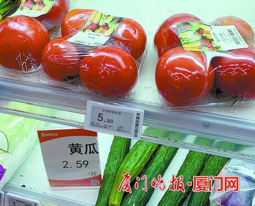 ■永辉生活仙岳路店在售的三份彩食鲜品牌西红柿,重量相差158克。