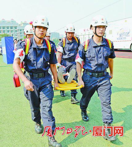 昨日,在城市职业学院防空演练现场,厦门蓝天救援队现场紧急输送伤员。
