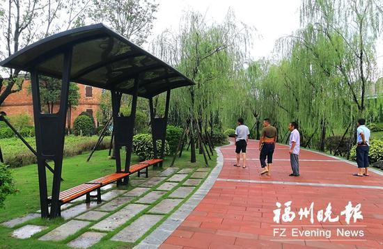 台屿河串珠公园这座廊架是用便民自行车停放点的车棚改造成的。