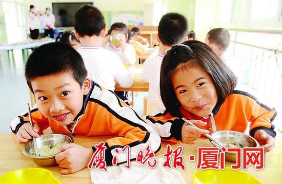 食堂也被很多学校当作开展德育、食育、劳动教育的重要平台。