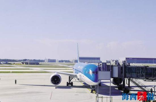 厦航飞机停靠在大兴国际机场。