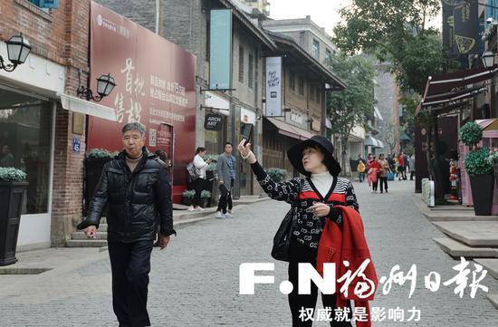 5日,游客在烟台山特色历史文化街区拍照。记者叶义斌 摄