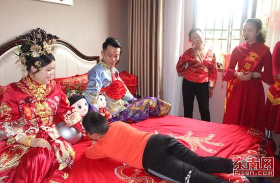 男童滚床 东南网记者 张立庆摄