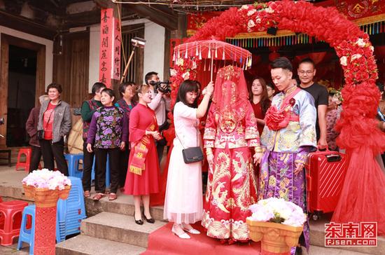 新娘出阁 东南网记者张立庆摄