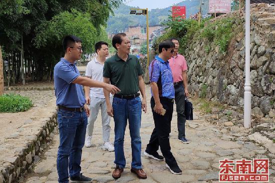 8月15日,南靖土楼巡查组工作人员在土楼景区开展一线巡查工作。