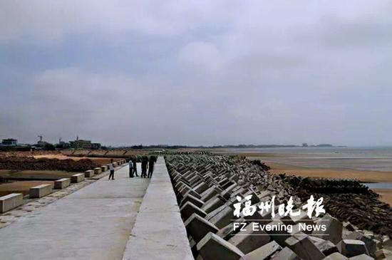 三营澳二级渔港防波堤采用抛石斜坡堤结构.