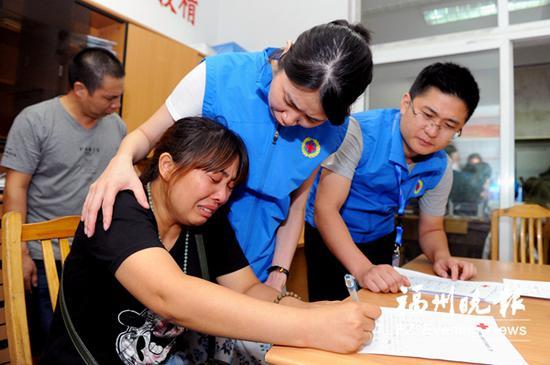 常女士签署器官捐献登记表