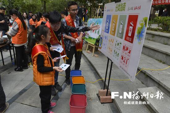 志愿者传授垃圾分类知识。