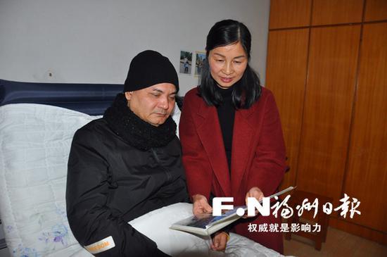 赵星和丈夫陈流天翻看老照片。通讯员 林若野 摄