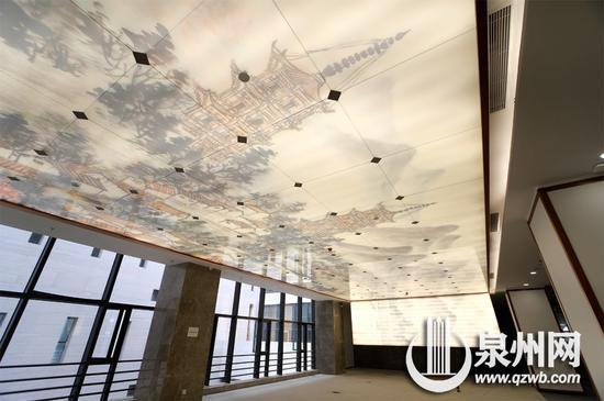 泉州市图书馆(新址)的古书籍阅览室里,玻璃夹绢画吊顶充满泉州元素。