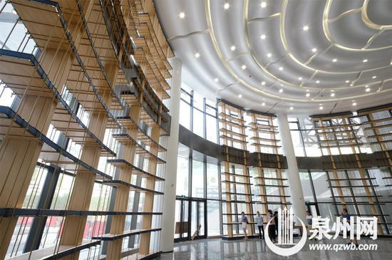 泉州市图书馆(新址)负一层休息厅内高耸入屋顶的博古架。