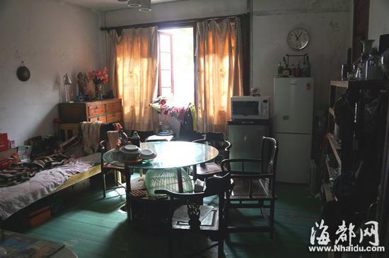 老建筑内,仍保存着不少古旧的家具