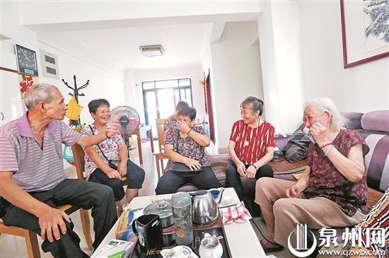 泉州五位古稀学生看望93岁恩师 一段跨越60多年的师生情