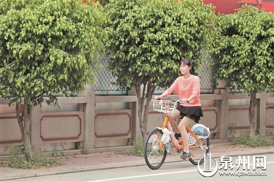 """市民体验骑行""""小红人""""(侯幼芬 摄)"""