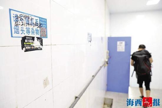 体育中心男公厕墙上被人贴上不文明广告及招聘信息。