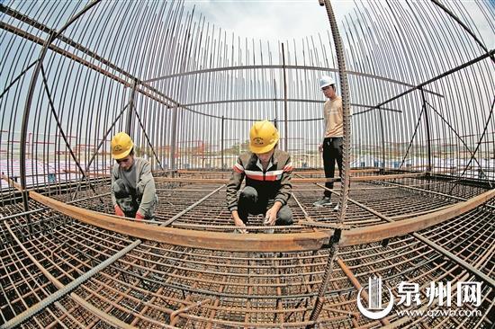 福厦客专泉州段泉州湾跨海大桥首个承台施工现场