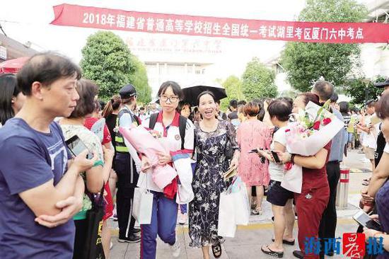 昨日下午,高考结束,考生轻松走出考场。记者 陈理杰 摄