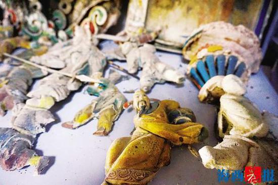 收藏的旧木雕。记者 陈晓青 摄