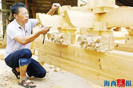 陈和永正在做木雕。通讯员 朱毅力 摄