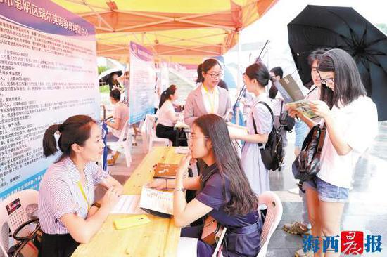 厦门企业与院校毕业生在招聘会上交流。