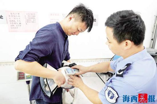 给狗注射微芯片后,工作人员扫码读取微芯片里的信息。