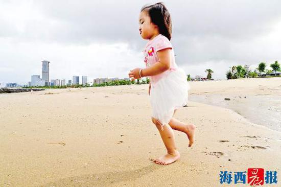 环岛路长尾礁至五通沙滩修复工程已完工路段,市民在沙滩游玩。记者 唐光峰 摄