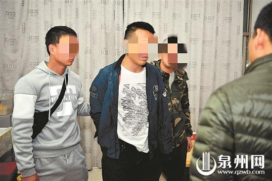 民警抓获涉黑恶嫌疑人(左二)