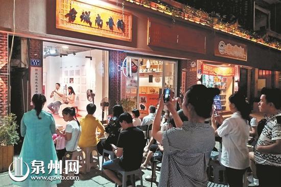 游客在金鱼巷听南音 (陈晓东 摄)