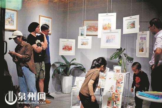 游客在金鱼巷看古城润物无声展(陈晓东 摄)