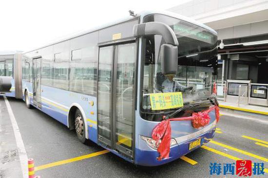 昨日上午,首发的快8线从BRT高崎机场站驶往第一码头站。