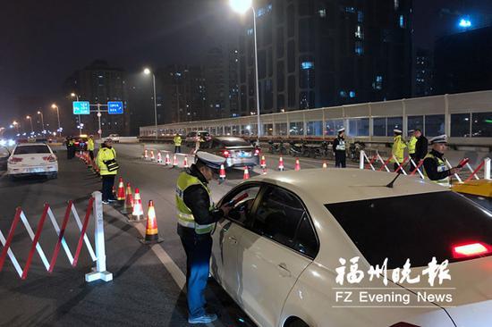 交警在鳌峰大桥检查过往车辆。