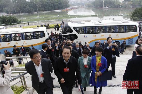 委员步入会场 东南网记者卢金福摄
