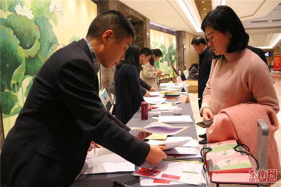 在省政协委员报到处现场,委员正在报到。东南网记者林先昌摄