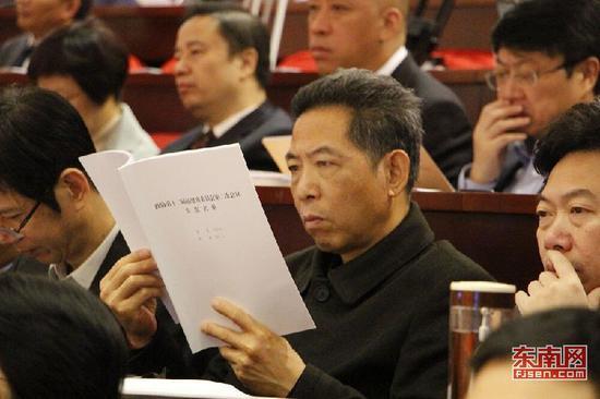 委员在认真看报告 东南网记者卢金福摄