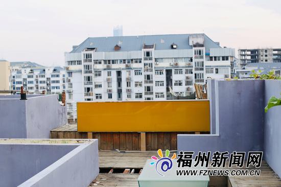 高低错落的墙面与远处的建筑相互印衬。