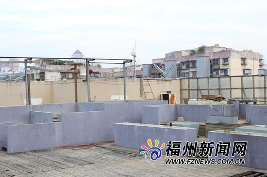 斑驳的墙体仿佛在诉说天台曾经的风光印记。