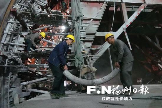 春节假期,工人在鼓山隧道拓宽工地施工。