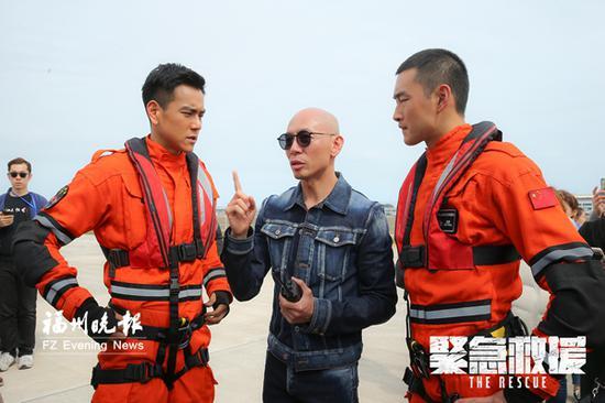 导演林超贤(中)在给演员彭于晏(左)王彦霖(右)说戏。