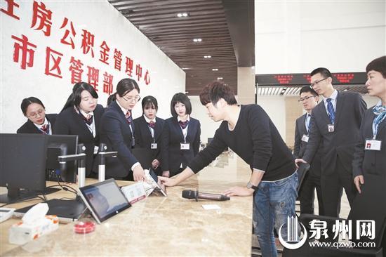 昨日,技术人员正在对业务人员进行电子产品技术指导。 (陈晓东 摄)