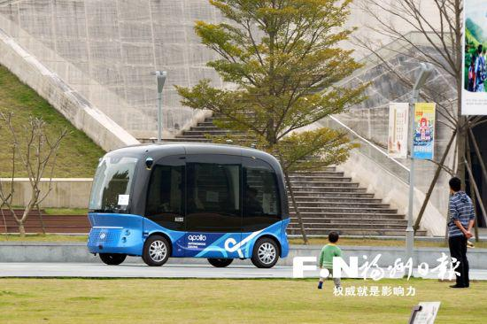 无人巴士在飞凤山奥体公园内测试。