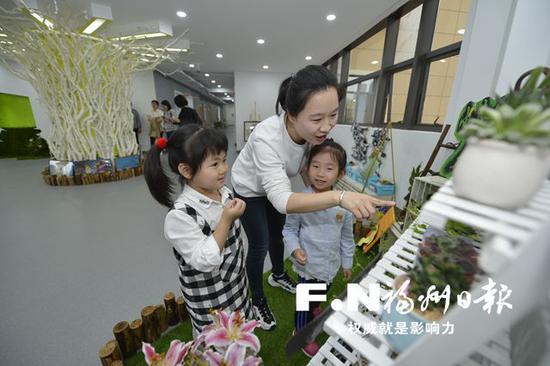 幼儿们在老师指导下,观察植物,认识大自然。