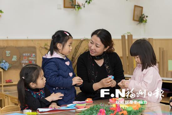 螺洲中心幼儿园里,老师正耐心地教孩子们做手工。(福州市教育局供图)