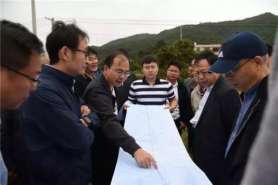 ▲专家对双龙铁路(武平段)进行实地踏勘和调研