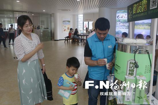 市民在闽清旅游集散服务中心品尝土特产。