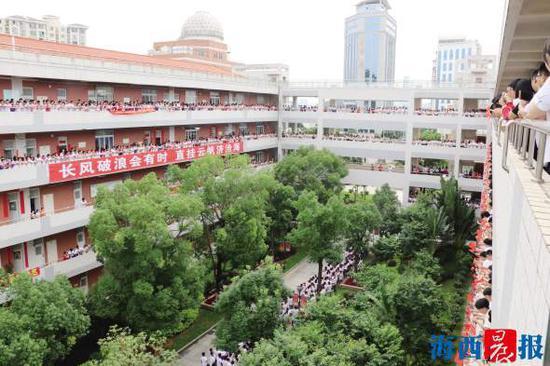 厦门外国语学校2400余名师生齐为高三学子加油。