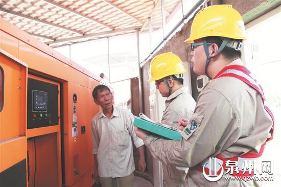 供电公司工作人员奔波在各个考点检查,确保供电。
