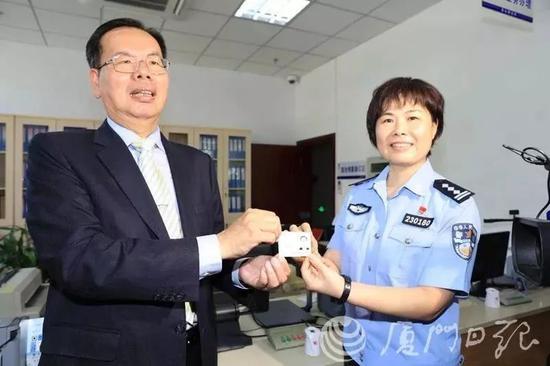 去年9月,厦门第一批台湾居民居住证在湖里区金山派出所制发。